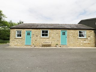 MILL FORCE COTTAGE, perfect for couples, traditional retreat, woodland, in Bowes