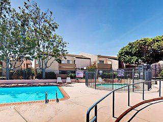 Central 2BR w/ Private Patio & Bikes – On-site Pool, Hot Tub, Gym & Clubhouse