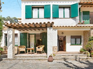 4 bedroom Villa with WiFi and Walk to Beach & Shops - 5223639