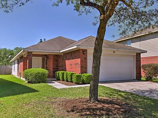 NEW! Houston Home w/ Large Yard - 30 Mins to DT!