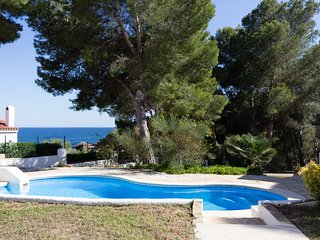 Piscina-Direct access to the beach, swiming-pool, BBQ and free WIFI