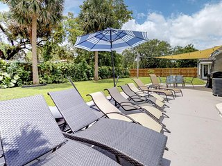 Cozy rental w/ full kitchen plus shared pool & patio - close to shops & beaches