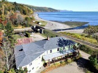 Maison La Luciole vue aérienne, entre mont, rivière et la mer.