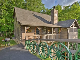 NEW! Cozy Cabin w/Hot Tub - 4 miles from Dollywood