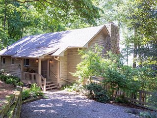Charming mountain cottage w/ furnished decks offering amazing views