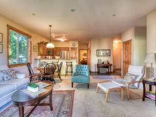 Lovely Truckee Condo W/ Hot Tub; 1 mile from Downtown
