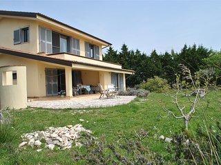 Villa sulla collina di Sperlonga con ampio spazio verde esterno per 4 persone