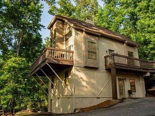 Firefly ~ Smoky Mountain Retreat! Hot Tub - WiFi - Game Room!