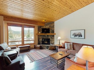 NEW LISTING! Elegant condo w/mountain views, shared pool, hot tub-ski nearby!