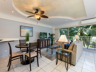 Ultra-Modern Suite w/Upgraded Kitchen, Island Decor, Free WiFi–Waikiki Shore