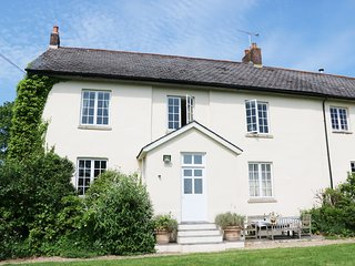 HEATHFIELD DOWN FARMHOUSE, spacious farmhouse, 80 acres of shared ground, views,