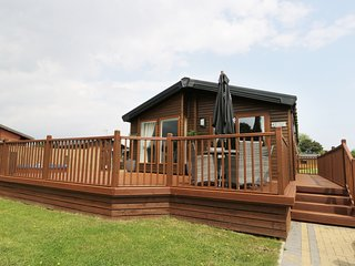 LITTLE GEM LODGE MALTON, luxury lodge with hot tub, near Malton