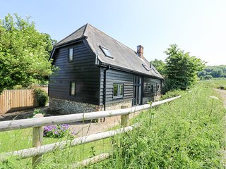 LITTLE DUXMORE BARN, barn conversion, exposed beams, dog-friendly, Ref 974434