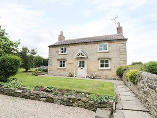 WAINFORD COTTAGE, woodburners, exposed beams, spacious garden, Ref 979657