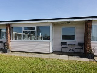144 SUNBEACH CHALET, contemporary, near Great Yarmouth, pet friendly.