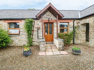 KINGFISHER COTTAGE, stone holiday cottage, shared pool, off road parking, in Lla