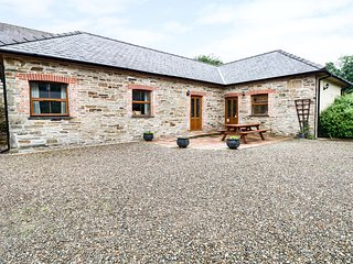 SWALLOW COTTAGE, all ground floor, shared outdoor pool, off road parking, in Lla
