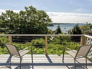 Classic 3BR Log Cabin Overlooking Linekin Bay w/ Dock Access