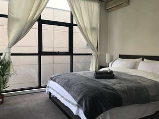 Chic $2-STOREY APT$ Lux Apartment Central Melbourne Near Everything
