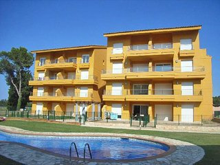 Apartment with swimming pool 700 meters away from the beach