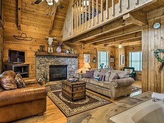 NEW! Pigeon Forge Cabin w/Hot Tub 3 miles to Pkwy!