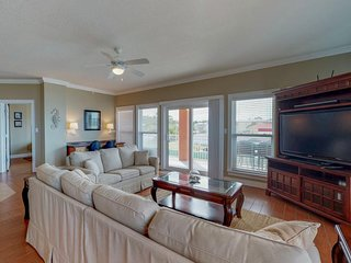 Beautiful condo w/ Gulf views, shared pool, hot tub & easy beach access!