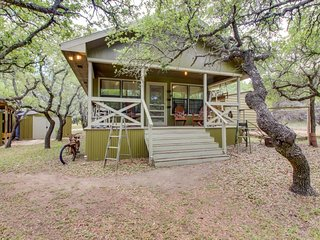 Perfectly decorated, dog-friendly cabin with a shared pool and hot tub
