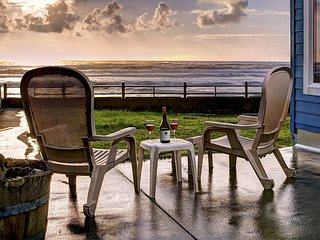 Enjoy Lincoln City's Oceanfront 'Sand Gate' w/ direct beach access & hot tub!