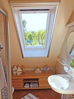 Haus am Wald -  Apartment Fewo 2 - Bad mit Klapp-/Schwingfenster Insektenrollo und E-Außenjalousie