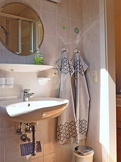 Haus am Wald -  Apartment Fewo 2 - Bad - Waschtisch mit beleuchtetem Spiegel und Elektroanschluss