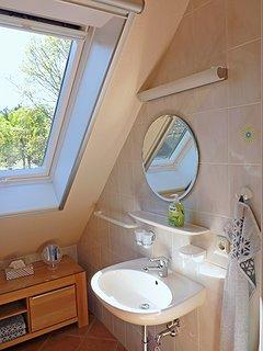 Haus am Wald -  Apartment Fewo 2 - Bad mit Dusche, Wand-WC und Waschtisch