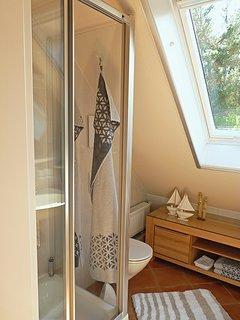 Haus am Wald -  Apartment Fewo 2 - Bad - Dusch, WC und Sideboard