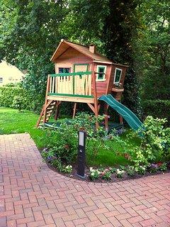 Haus am Wald - möbliertes Kinder-Spielhaus mit Rutsche & Sandkasten