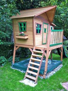 Haus am Wald -  möbliertes Kinderspielhaus im Garten mit Rutsche und Sandkasten