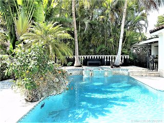 High-end Vacation Home w Pool, minutes to Beach!