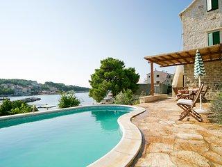 Sumartin Villa Sleeps 6 with Pool and Air Con - 5636061