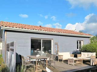 2 bedroom Villa in Montalivet-les-Bains, Nouvelle-Aquitaine, France : ref 558176
