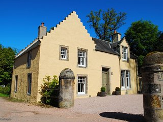 Strathtyrum Farmhouse, Balgove, St Andrews - Charming Traditional Farmhouse