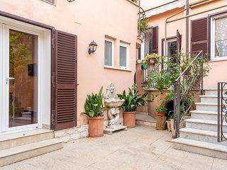 Il cortile. A sinistra,  la porta finestra del soggiorno, a destra le scale che portano al terrazzo