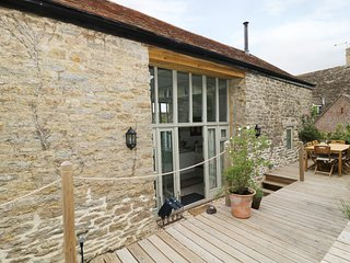 BEAR'S COTTAGE, detached, en-suite, woodburner, decked garden, in Yetminster
