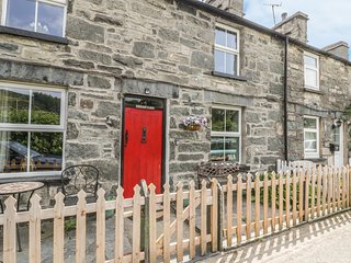 PRESWYLFA, countryside views, dog-friendly, in Snowdonia, Ref 974158
