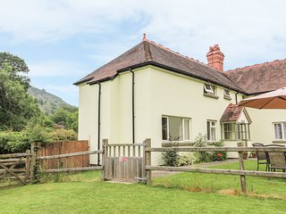 GARDENER'S COTTAGE, near to river, ideal for fishing, pet-friendly in Llanwrthwl