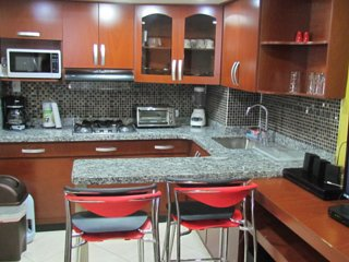 Two Bedroom Duplex. AC Hot Tub 1 block from Parque Poblado.