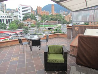 Penthouse 3 Bedroom Roof deck 11 person hot tub AC.  Parque Poblado.
