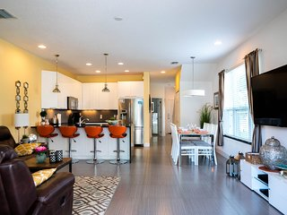 Modern & stylish 3 bed/3 bath home with splash pool, close to Disney World!