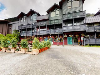 Dog-friendly condo w/ balcony & easy access to ski lifts!