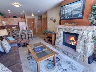 Expedition Station 8589 Walk to Slopes, FREE WIFI, Pool and Hot Tub, Fire Place,