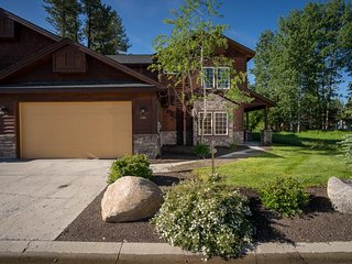 Luxury townhome with convenient location near lake, golfing, and downtown McCall