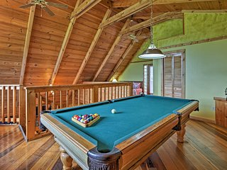 Private Cabin w/Spa, Fire Pit & Smoky Mtn Views!