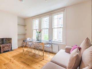 Delightful Dalston Home with Beautiful Balcony